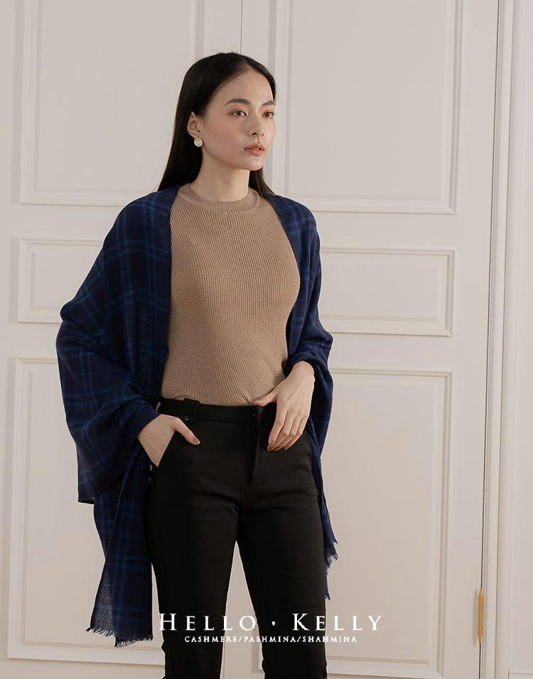 藍色調也是很適合東方女生偏黃的肌膚,很多日本女生喜歡藏藍或深寶藍來做穿搭,如上圖,整體造型用了三個顏色,但顏色相互平衡反而顯得協調卻又有層次。