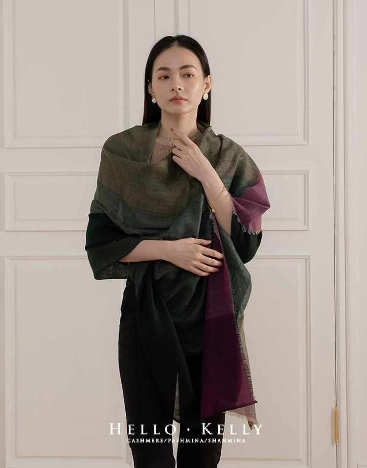這款披肩圍巾有著秋冬的色調,大尺寸薄款羊毛不刺,像是這種披肩冬天穿搭最適合不過了。