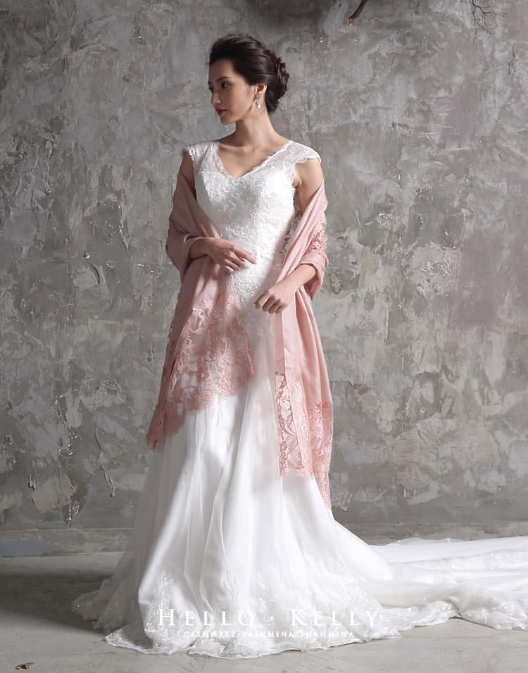 蕾絲羊絨披肩圍巾絕對是婚禮披肩穿搭推薦款,這款是法國蕾絲羊絨圍巾,細緻的質感搭配手工婚紗禮服是最好不過的。